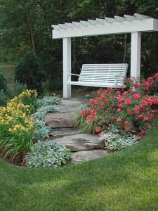 Фрагмент озеленения садового участка. Место для медитации.