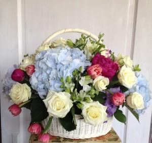 Корзина с цветами Состав: роза одноголовая, гортензия, тюльпаны пионовидные, фрезия Размер: диамертр 50см, высота 50см Стоимость: 5800р