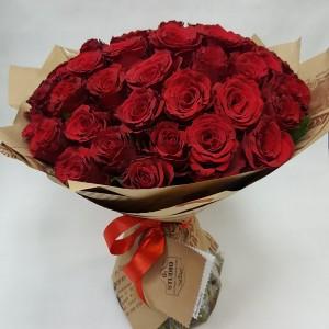 Букет красных роз в модной упаковке крафт Состав: 51 красная роза Стоимость: 2400р