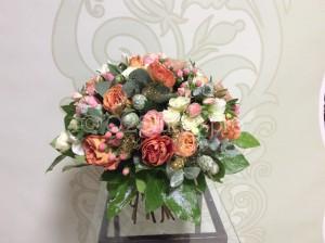 Классический круглый букет. Диаметр 35см. Состав: роза одноголовая, роза английская, гиперикум, роза кустовая Стоимость: 4000р