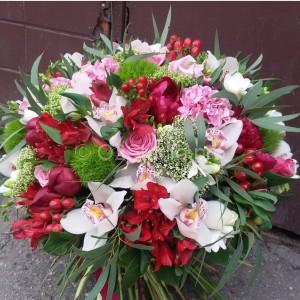 Классический круглый букет. Диаметр 45см. Состав: роза, альстромерия,орхидея цимбидиум, гвоздика, трахелиум, гиперикум, эвкалипт. Стоимость: 5000р