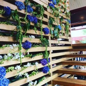 Оформление стены живыми цветам. Состав: гортензия, амарантус, орхидея дендробиум. Стоимость: 23000р