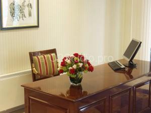 Композиция на рабочий стол. Состав: роза одноголовая, вибурнум, орхидея цимбидиум, гиперикум. Стоимость: 3800р
