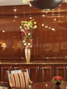 Композиция интерьерная. Состав: вибурнум, тюльпан французский, калла, роза Стоимость: 9200р