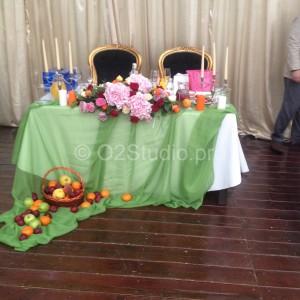 Украшение стола для молодоженов цветами, фруктами и свечами