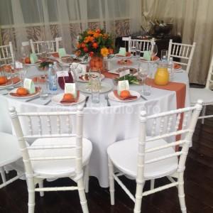 Стол для гостей украшен в стиле фрукта мандарин.
