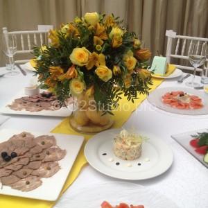 Композиция из цветов с грушами для украшения стола гостей