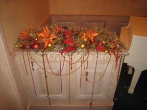 Новогоднее украшение комода в интерьере Итальянского ресторана Капри.