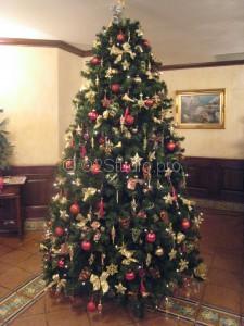 Новогоднее украшение ели в интерьере Итальянского ресторана Капри.