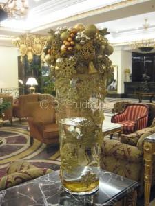 Новогодняя композиция для украшения лобби пятизвездочного отеля The Ritz carlton