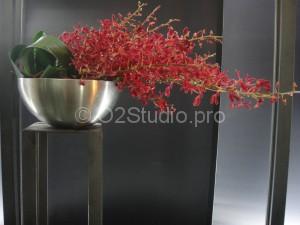 Композиция на стойку ресепшн в офис. Состав: орхидея аранда, листья аспидистры. Стоимость: 3500р
