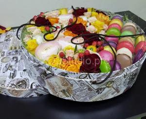 Коробка с цветами и макаруни. Состав: пирожные макаруни 14шт, ранункулюсы, фрезии, розы, гиперикум, нарцисс. Стоимость: 7800р