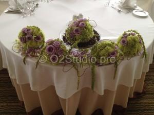 Композиция для украшения стола президиума в форме цветочных шаров из гвоздики