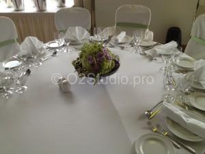 Композиция для украшения столов гостей  в форме цветочных шаров из гвоздики
