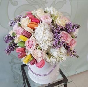 Коробка с цветами и макаруни. Состав: пирожные макаруни 14шт, ранункулюсы, розы садовые, сирень, гортензия Стоимость: 8800р