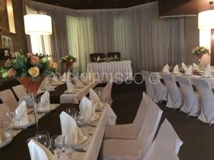 Цветочное оформление стола президиума для молодоженов, драпировка тканью стены и украшение столов гостей композициями с цветами. Стоимость: 17000р