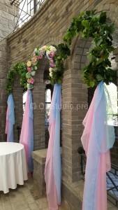Украшение арок зала Колизей цветами и виноградными лианами.