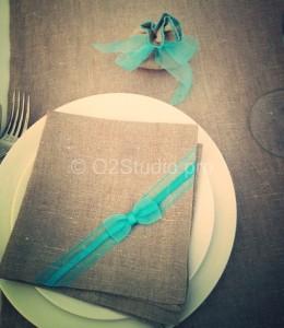 Свадьба в стиле рустик. Льняные салфетки для каждого гостя.