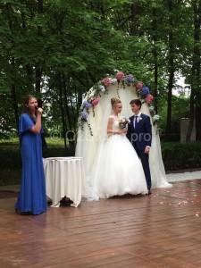 Арка украшенная цветами и тканью для проведения церемонии регистрации брака