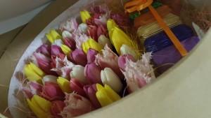 Цветочный подарок из конфет и тюльпанов в шляпной коробке. Размер: диаметр 30см, высота 18см Стоимсоть: 5000р