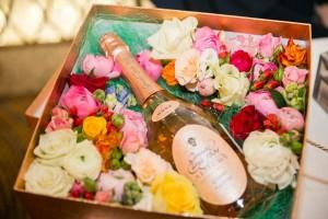 Приз для победителей лотереи - коробка с цветами и розовым шампанским.